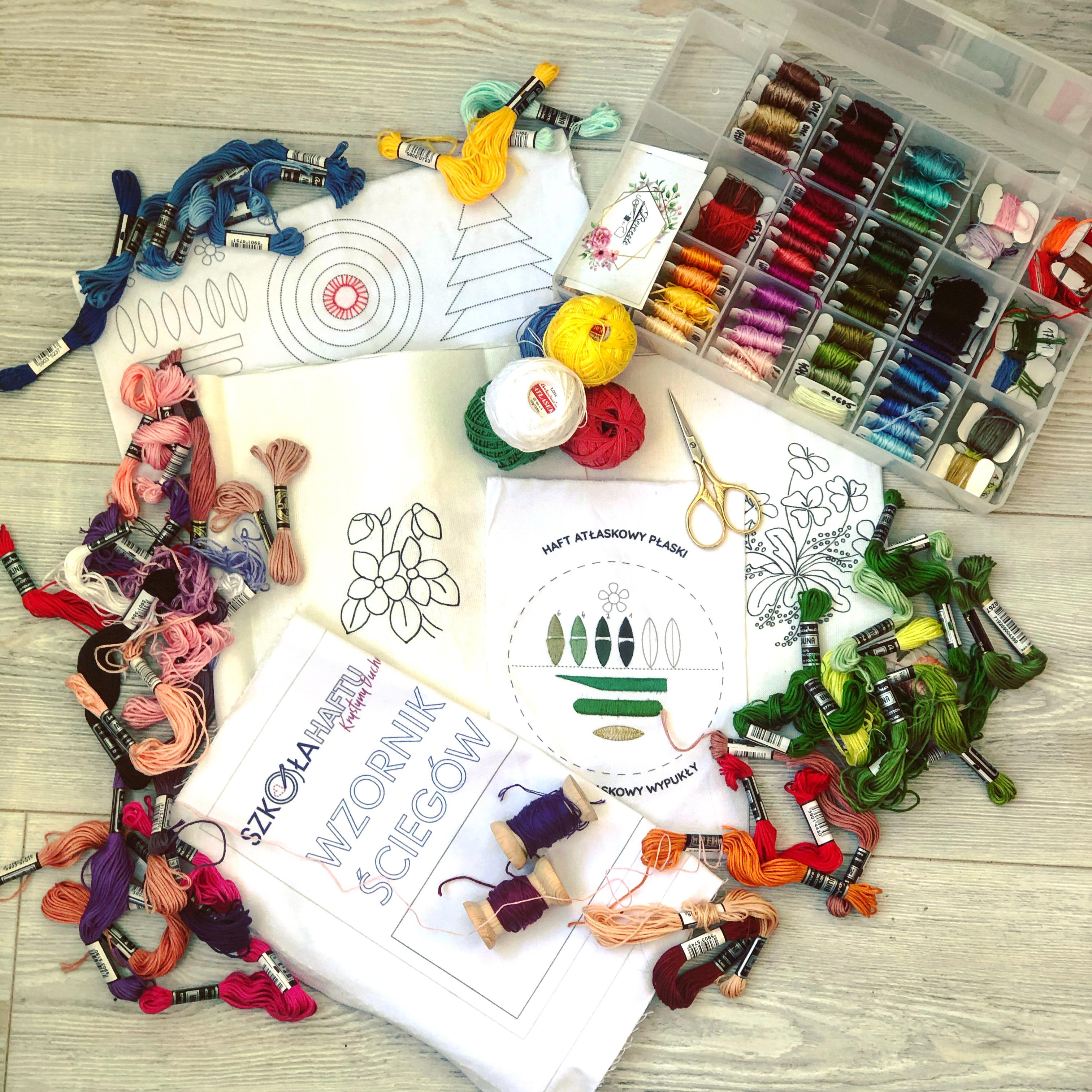 Read more about the article Minimalizm czy kolekcjonowanie – kilka słów o akcesoriach do haftu